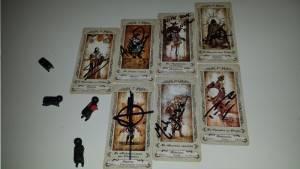 La signature de six auteurs, dont Pierre Pevel, sur leurs arcanes de mon tarot, ainsi que celle de l'illustrateur du jeu